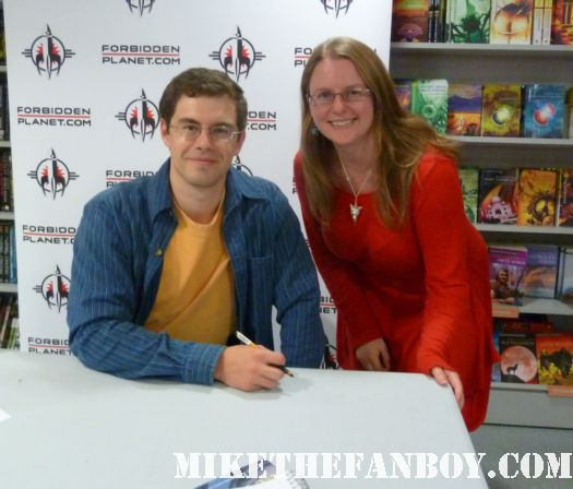 eragon author Christopher Paolini poses for a fan photo with mike the fanboys scarlet starleteragon novel and book signing with Christopher Paolini autograph signed rare promo dragon book