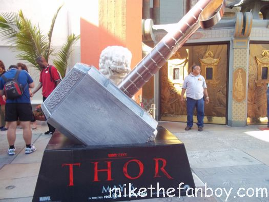 thor world movie premiere large hammer thor star the sexy hot chris hemsworth signs autographs for fans at the thor movie premiere chris hemsworth signed autograph photo rare