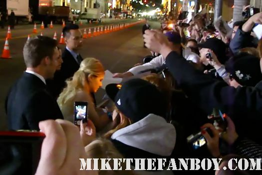 abigal breslin signing autographs at New Years Eve World Movie Premiere! With Ashton Kutcher! Katherine Heigl! Michelle Pfeiffer! Josh Duhamel! Joey McIntyre! Hilary Swank! Lea Michele! Sofía Vergara! Zac Efron! Abigail Breslin!