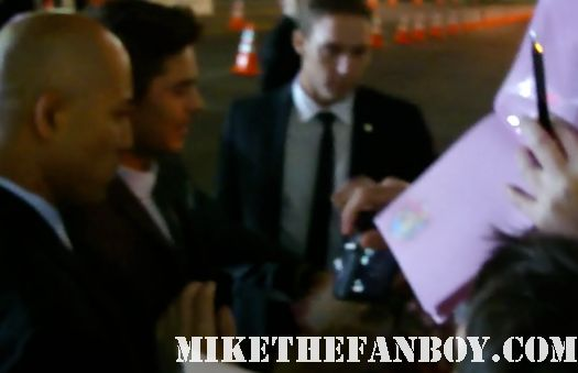 sexy zac efron signing autographs at New Years Eve World Movie Premiere! With Ashton Kutcher! Katherine Heigl! Michelle Pfeiffer! Josh Duhamel! Joey McIntyre! Hilary Swank! Lea Michele! Sofía Vergara! Zac Efron! Abigail Breslin!