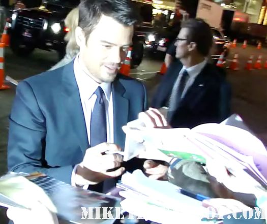 josh duhmel and fergie signing autographs at New Years Eve World Movie Premiere! With Ashton Kutcher! Katherine Heigl! Michelle Pfeiffer! Josh Duhamel! Joey McIntyre! Hilary Swank! Lea Michele! Sofía Vergara! Zac Efron! Abigail Breslin!
