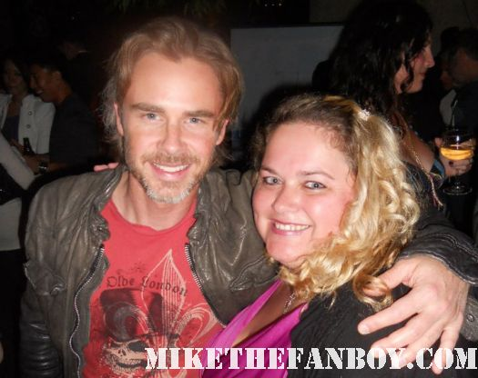 Pretty in pinky from Mike The Fanboy with True Blood Star Sam Trammell posing for a fan photo rare signed autograph rare promo sam holding a hand crocheted blanket from pinky