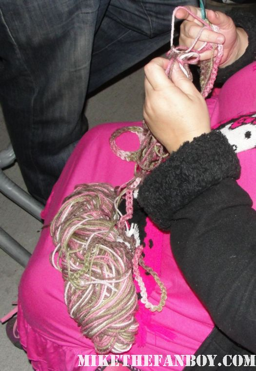 pinky showing off her pink sparkle shoes while waiting for channing tatum at the jimmy kimmel live show