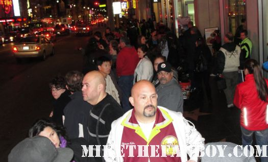 the crowd waiting for kate beckinsale to arrive at the underworld awakening movie premiere