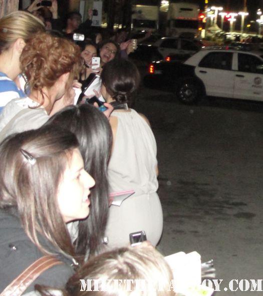 kristen wiig signing autographs for fans at the sag awards 2012 rare promo bridesmaids adventureland