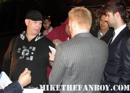 Jesse Tyler Ferguson signing autographs for fans after the 2012 sag awards modern family gay couple rare promo