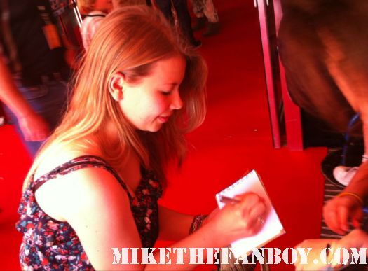 bindi irwin signing autographs at the australian premiere of puss in boots rare