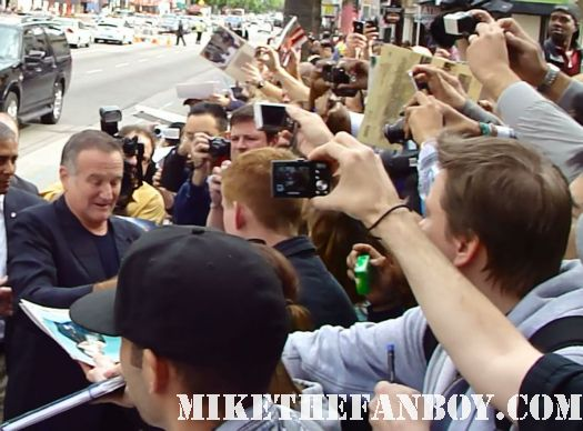 robin williams signing autographs for fans at the happy feet 2 world movie premiere dead poets society rare promo