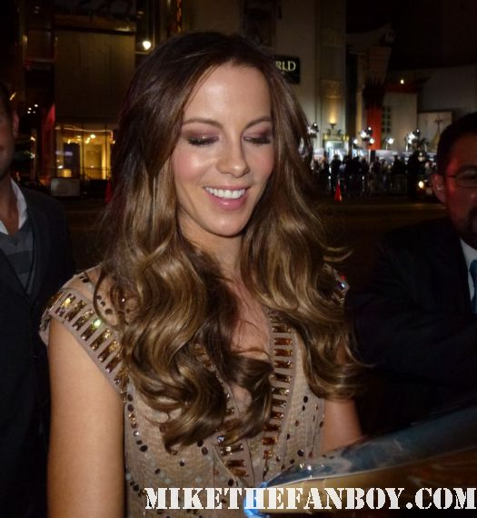kate beckinsale signing autographs for fans at the underworld awakening movie premiere Sexy Kate Beckinsale arriving to the red carpet at the Underworld Awakening movie premiere rare hot sexy autograph signed