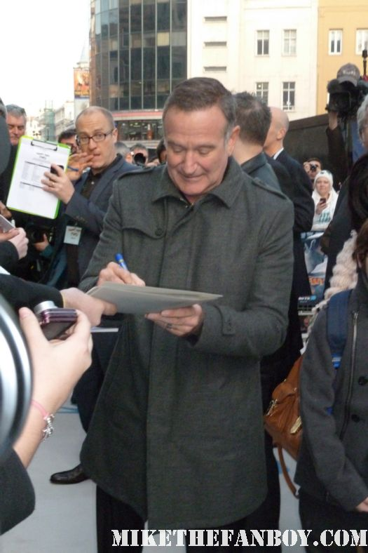 robin williams signing autographs for fans at the happy feet two london united kingdom movie premiere rare hot good will hunting jumanji mrs doubtfire dead poets society