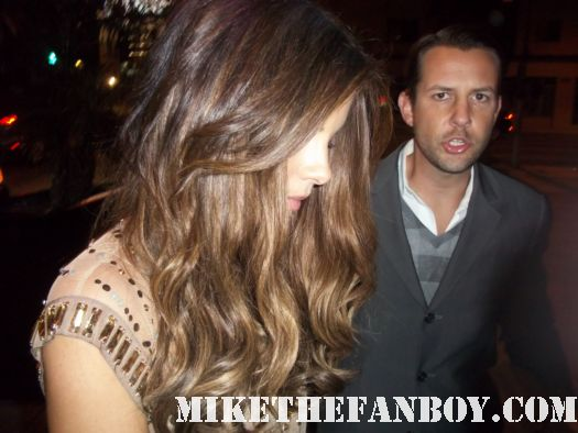 sexy kate beckinsale signs autographs for fans at the underworld awakening premiere afterparty in hollywood