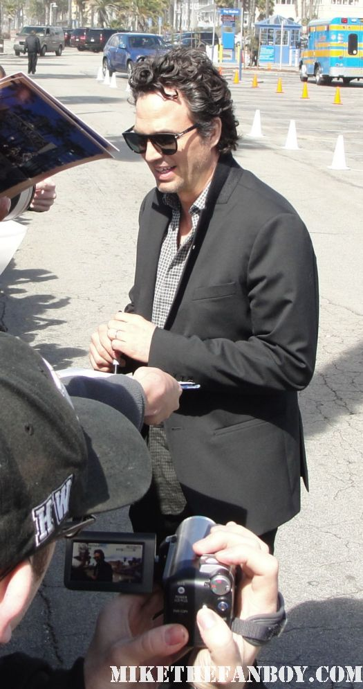 mark ruffalo hot sexy signing autographs for fans at the 2011 Independent Spirit Awards 2011 best in show glee rare