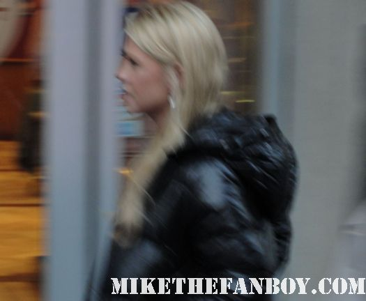 american pie star tara reid crossing the street in hollywood with two guys with very polk a dot shirts on and crazy hair