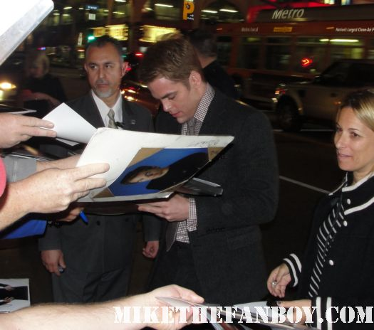 chris pine arriving to the red carpet of this means war movie premiere and signing autographs for fans sexy hot rare