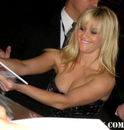 reese witherspoon signing autographs for fans at the this means war movie premiere rare promo hot sexy legally blonde
