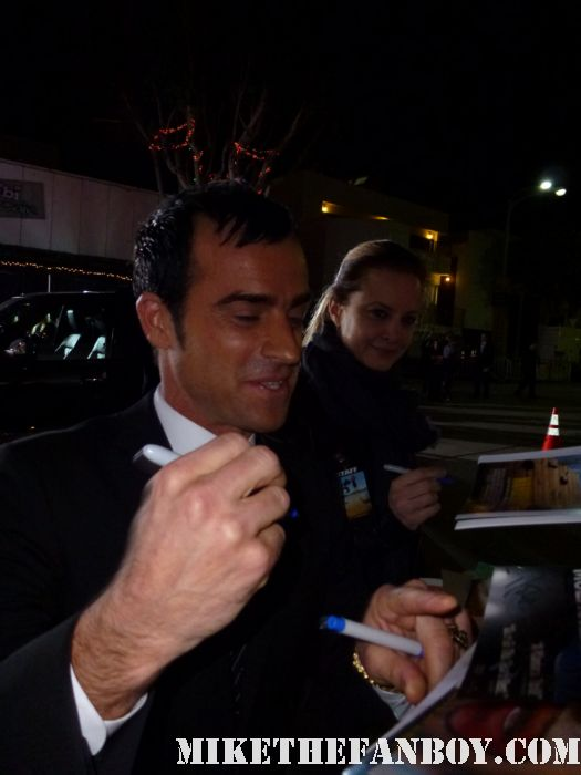 sexy justin theroux signs autographs for fans at the wanderlust movie premiere rare hot sexy photo shoot rare six feet under romy and michele's high school reunion jennifer aniston boyfriend