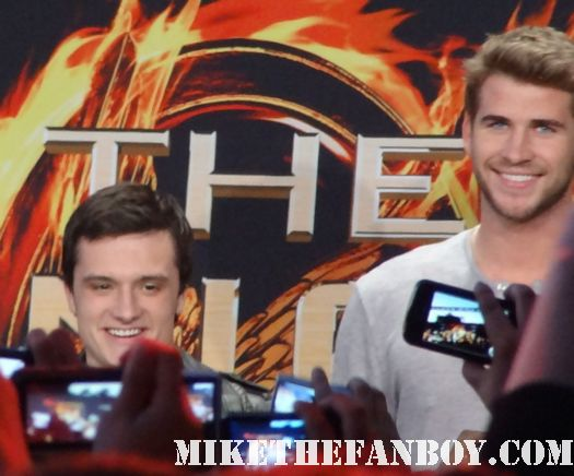 liam hemsworth at the hunger games cast q and a signing autographs for fans mall tour hot sexy australian rare promo sexy muscle