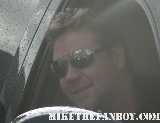 russell crowe stops his car and signs autographs for fans sexy hot rare russell crowe master and commander gladiator robin hood