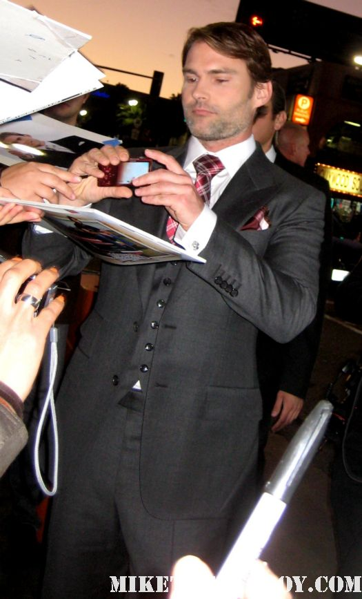 sexy seann william scott signing autographs for fans at the american reunion premiere red carpet promo with seann william scott eugene levy alyson hannigan jason biggs
