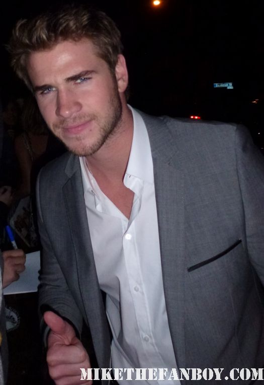 Liam Hemsworth   signing autographs for fans at the indie spirit awards and posing for fan photos
