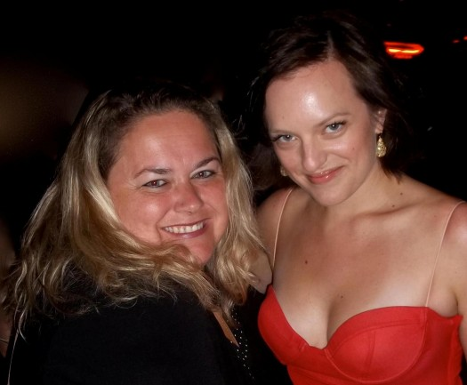elisabeth moss  posing for a fan photo with pretty in pinky from mike the fanboy signed autograph hot sexy signature