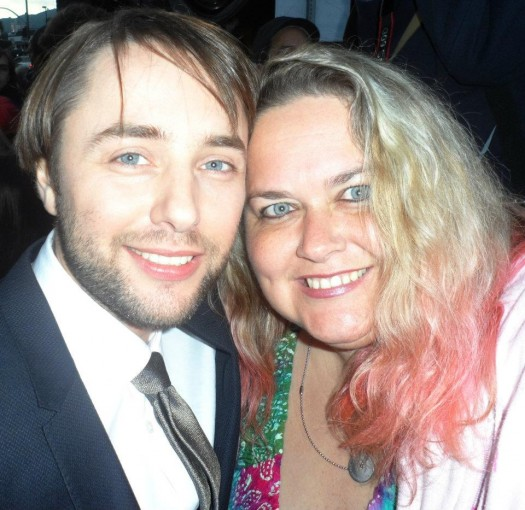 vincent kartheiser posing for a fan photo with pretty in pinky from mike the fanboy signed autograph hot sexy signature