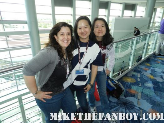 Suddenly susan erica and linda at wondercon 2012 posing on the upper balcony rare promo cute women at conventions