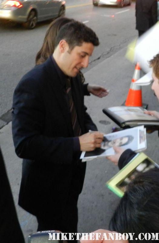 jason biggs signing autographs at the american reunion movie premiere red carpet with alyson hannigan jason biggs seann william scott  eugene levy chris klein