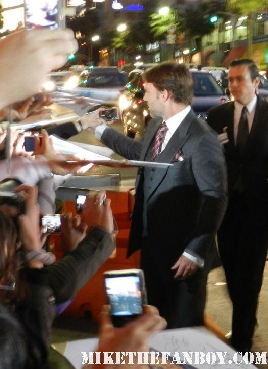 sexy seann william scott signing autographs at the american reunion movie premiere red carpet with alyson hannigan jason biggs seann william scott  eugene levy chris klein