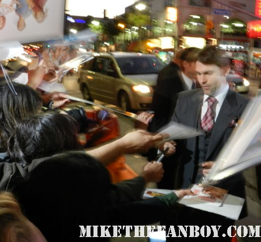 sexy seann william scott signing autographs at the american reunion movie premiere red carpet with alyson hannigan jason biggs seann william scott  eugene levy chris klein