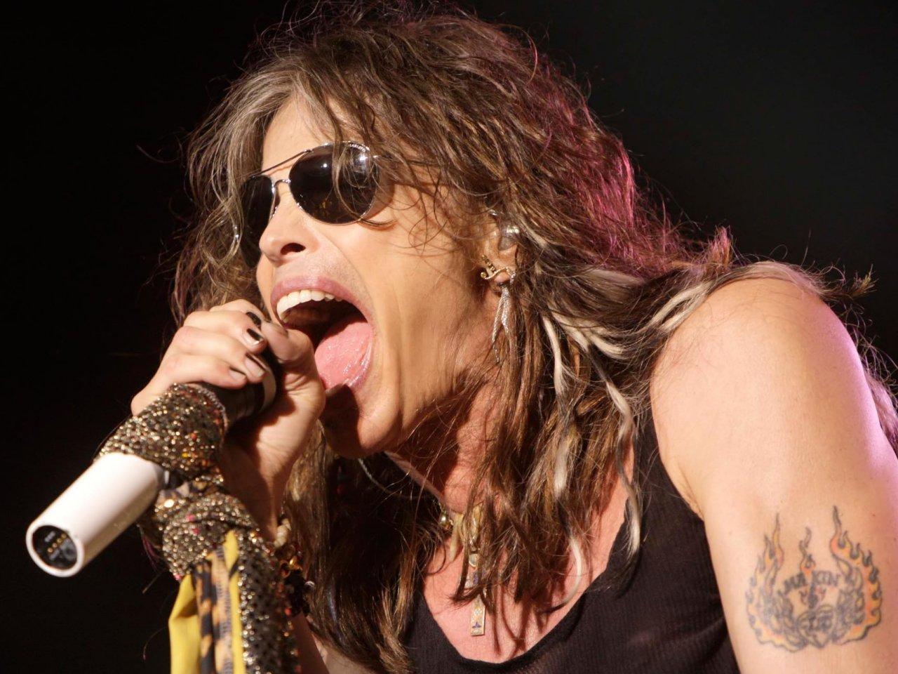 Aerosmith-005 live in concert steven tyler rare promo photo live janies got a gun concert performance