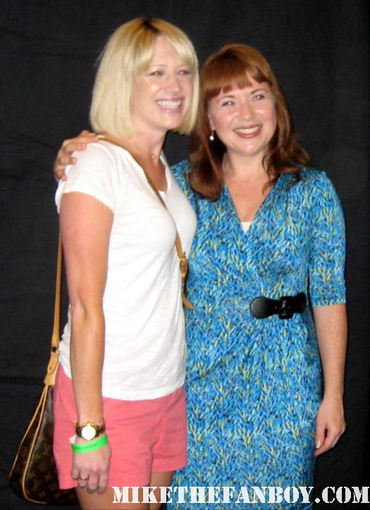 Aileen Quinn posing for a fan photo with lindsay from i am not a stalker at the hollywood show in burbank signing autographs rare promo