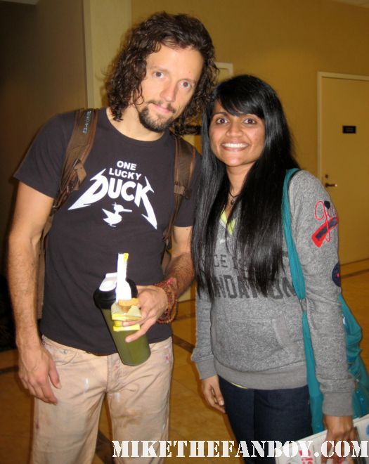 awesome anushika posing with jason mraz after randomly meeting him in the hall at the hollywood show in burbank
