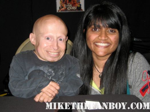 mike the fanboy's awesome anushika posing for a fan photo with verne troyer from austin powers at the hollywood show in burbank