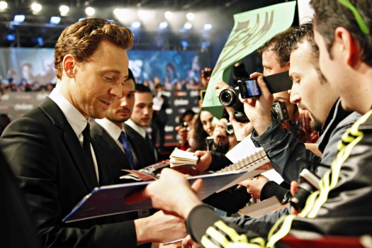 tom hiddleston signing autographs for fans at the avengers rome movie premiere hot sexy loki rare