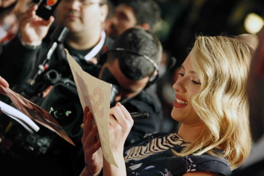 sexy scarlett johansson signing autographs for fans at the avengers rome movie premiere hot sexy loki rare