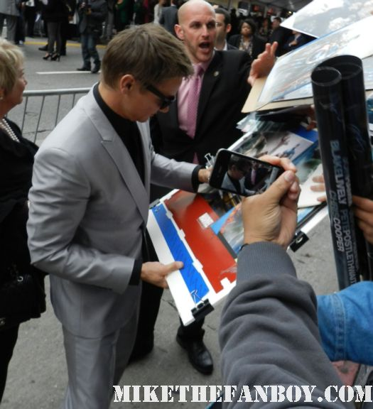 jeremy renner hawkeye sexy signs autographs for fans at the avengers world movie premiere on the red carpet with chris hemsworth chris evans samuel l jackson and more