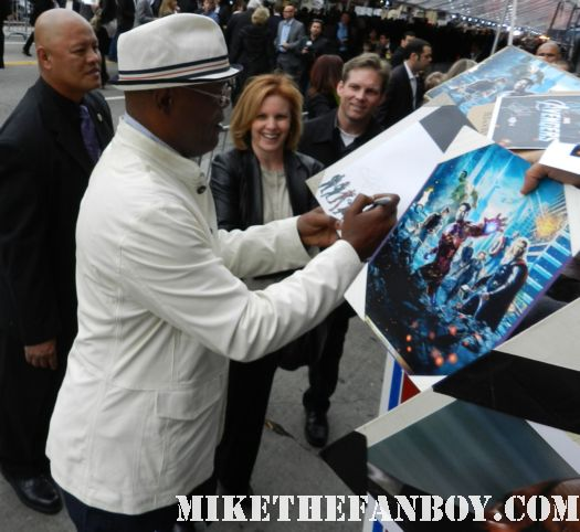samuel l jackson nick fury sexy signs autographs for fans at the avengers world movie premiere on the red carpet with chris hemsworth chris evans samuel l jackson and more