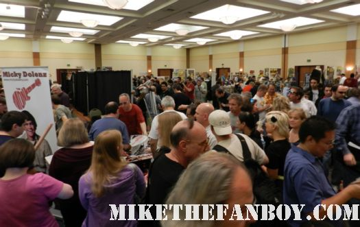 hollywood show hollywood collector's show laverne and shirley reunion with cindy williams and penny marshall rare signed autograph the convention floor with fans crowding around rare promo