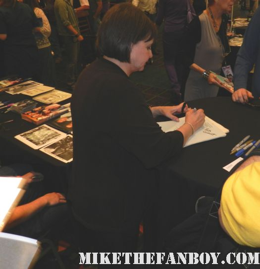 cindy williams from laverne and shirley signing autographs at the laverne and shirley reunion at the hollywood show in burbank