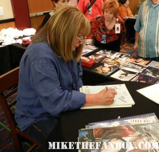 penny marshall from laverne and shirley signing autographs at the laverne and shirley reunion at the hollywood show in burbank