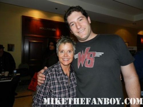 fright night star amanda bearse aka amy peterson posing for a fan photo with mike the fanboy at monsterpalooza 2012