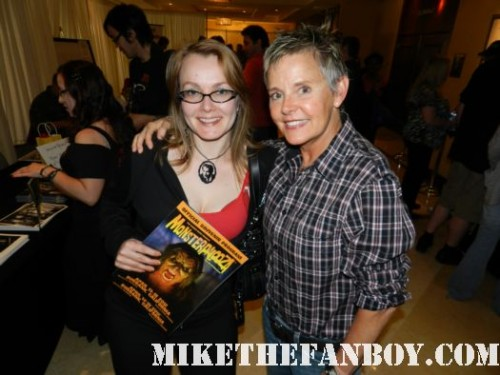 fright night star amanda bearse aka amy peterson posing for a fan photo with annette slomka at monsterpalooza 2012