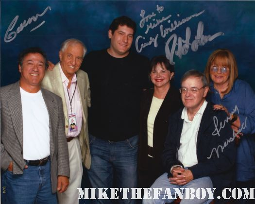 mike the fanboy posing for a photo with the laverne and shirley cast at the hollywood show with cindy williams penny marshall david lander gary marshall eddie mekka