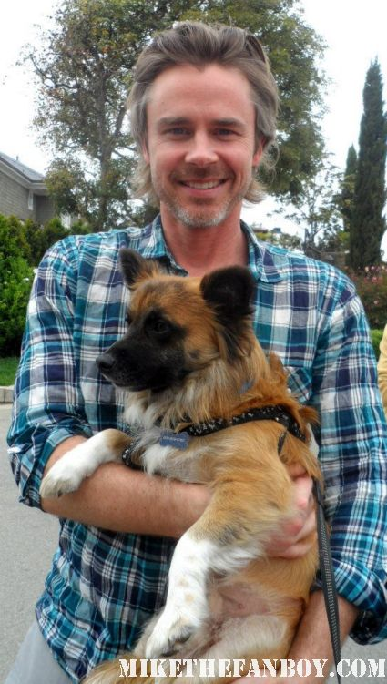sam trammel poses with sammy rhodes pinky's dog from mike the fanboy and takes a cute fan photo true blood's sam merlotte