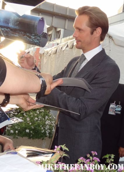 alexander skarsgard stops to sign autographs for fans at the world premiere of battleship in los angeles rare promo hot sexy true blood star eric northman