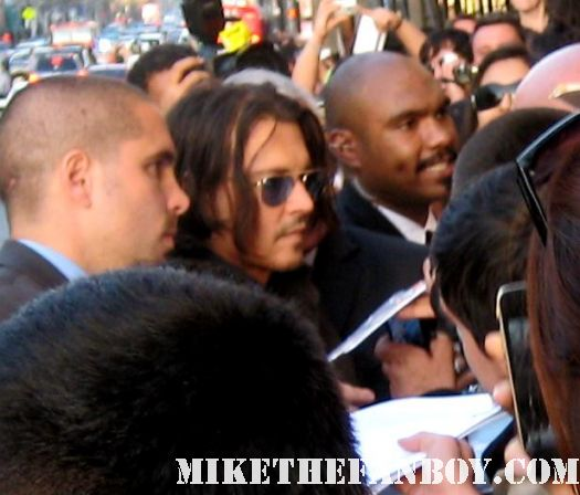 johnny depp signing autographs for fans at the dark shadows world movie premiere in hollywooddark shadows world movie premiere with johnny depp michelle pfeiffer tim burton red carpet rare chinese theatre