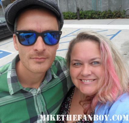 balthazar getty poses with mike the fanboy's pinky for a fan photo signed autograph alias brothers and sisters star