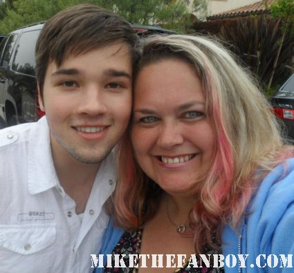 nathan kress from icarly poses for a fan photo with pinky from mike the fanboy rare promo hot sexy disney star