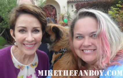patricia heaton from the middle and everybody loves raymond poses for a fan photo with pinky from mike the fanboy.com